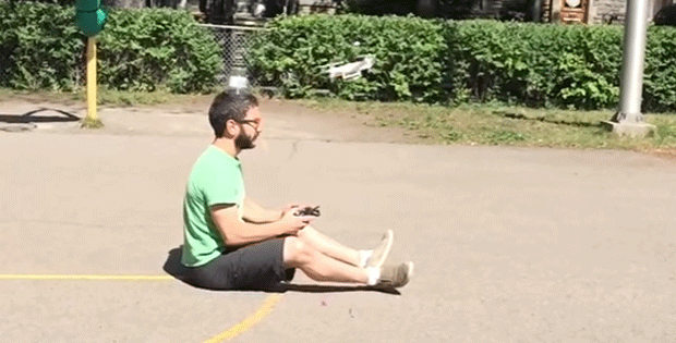 Homem derruba copo de sua cabeça com drone que ele mesmo dirigia (Foto: Viva Frei/YouTube)
