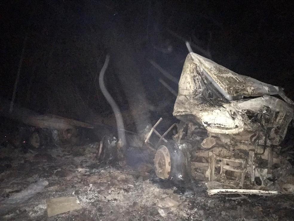Caminhão ficou destruído durante incêndio na divisa do Piauí e Ceará — Foto: Divulgação/Corpo de Bombeiros