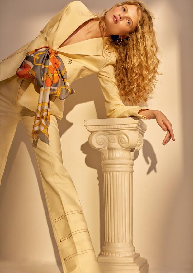 Blazer, calça e lenço (R$ 1.575), tudo Hermès, e brincos Tiffany & Co. (R$ 1.245) (Foto: Ivan Erick)