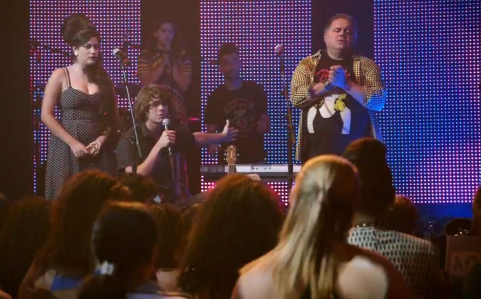 Pedro (Rafael Vitti) pede para Sol (Jeniffer Nascimento) cantar com a banda - 'Malhação Sonhos' — Foto: Globo