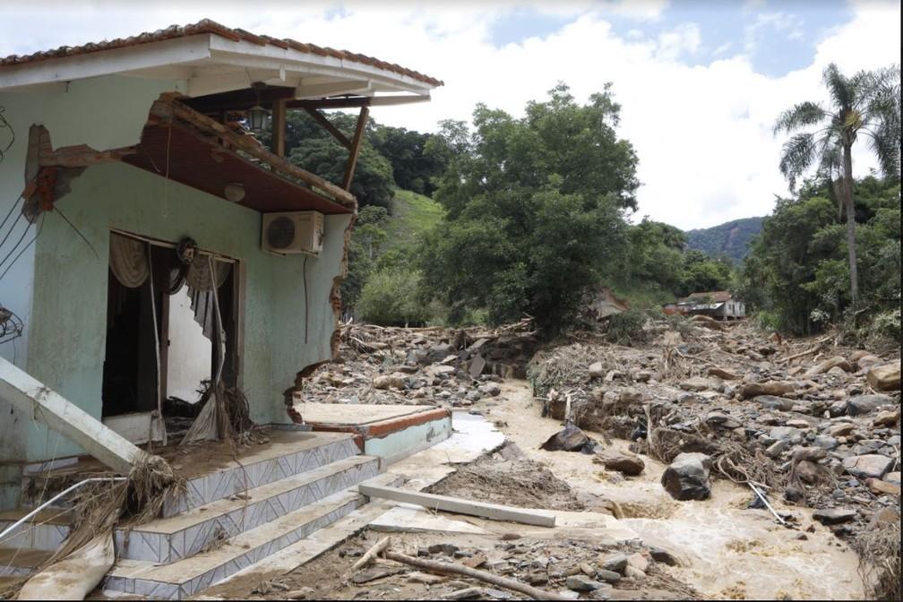Manhã de sexta (18): casa parcialmente destruída pela enxurrada no Bairro Revólver em Presidente Getúlio — Foto: Patrick Rodrigues/NSC