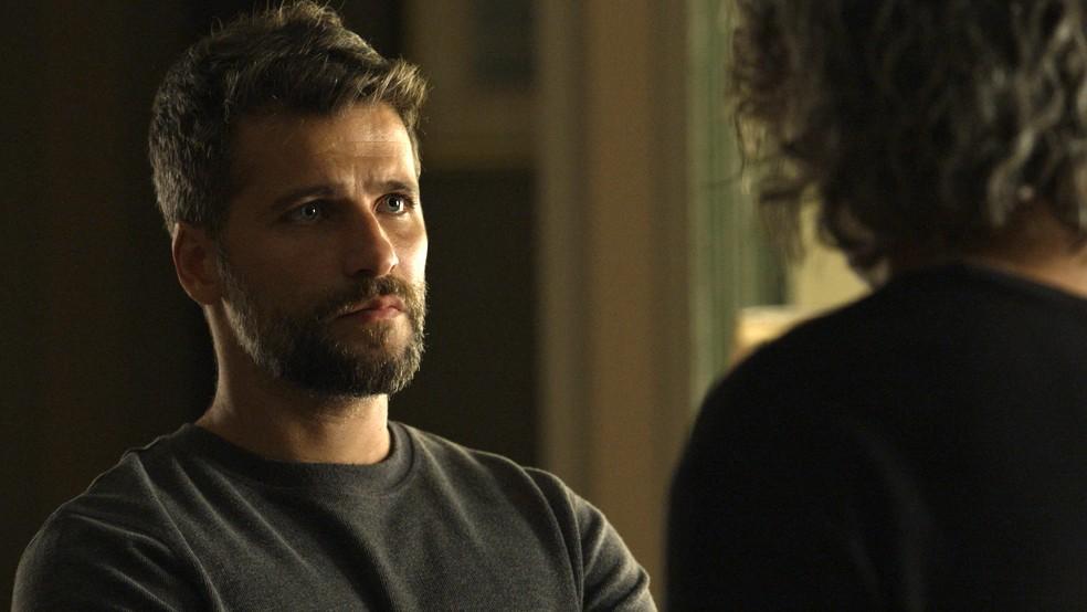 Gabriel (Bruno Gagliasso) pergunta por que León (Eduardo Moscovis) não quer sair de Serro Azul, em 'O Sétimo Guardião' — Foto: TV Globo