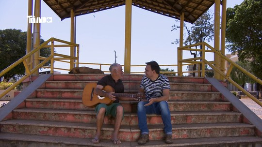 Reveja: Mário conhece cantor famoso em Coromandel e 'ciclistas caveiras'