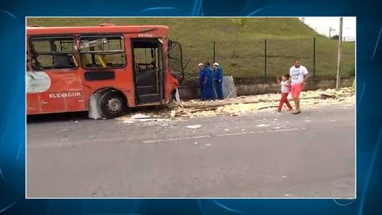 Homem fica ferido em batida entre ônibus e caminhão em Ibirité, na Grande BH