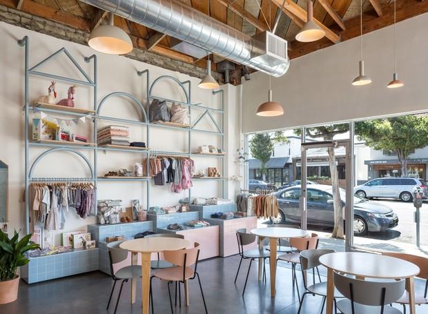 Vista do café e loja para fora do coworking (Foto: Instagram / bigandtinyspace)