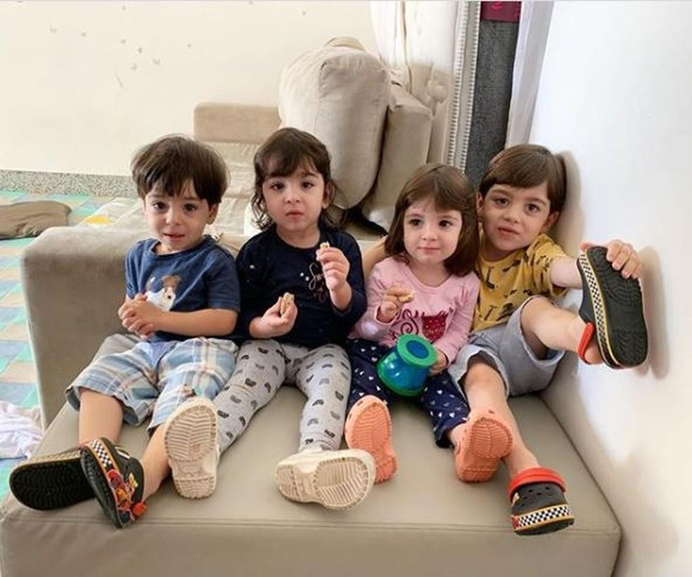 Rafinha (no canto à direita) e os trigêmeos — Foto: Reprodução/Redes sociais