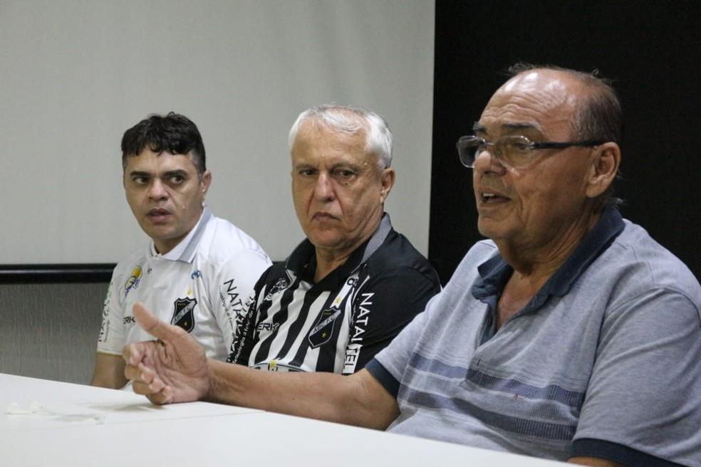 """Paulo Tarcísio (direita), que teve mandato """"tampão"""", ao lado do novo presidente, Fernando Suassuna (centro) e Bira Marques (esquerda) — Foto: Andrei Torres/ABC"""