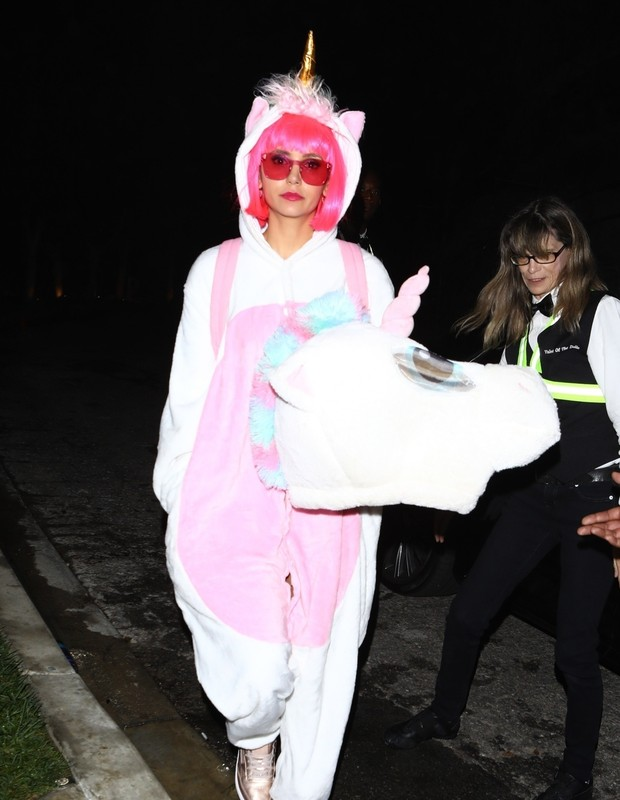 West Hollywood, CA  - *EXCLUSIVE*  - Nina Dobrev is a unicorn at Kate Hudson's annual Halloween party. She sports a neon pink wig as she heads into the event.Pictured: Nina DobrevBACKGRID USA 28 OCTOBER 2018 USA: +1 310 798 9111 / usasales@bac (Foto: NEMO / Roger / BACKGRID)