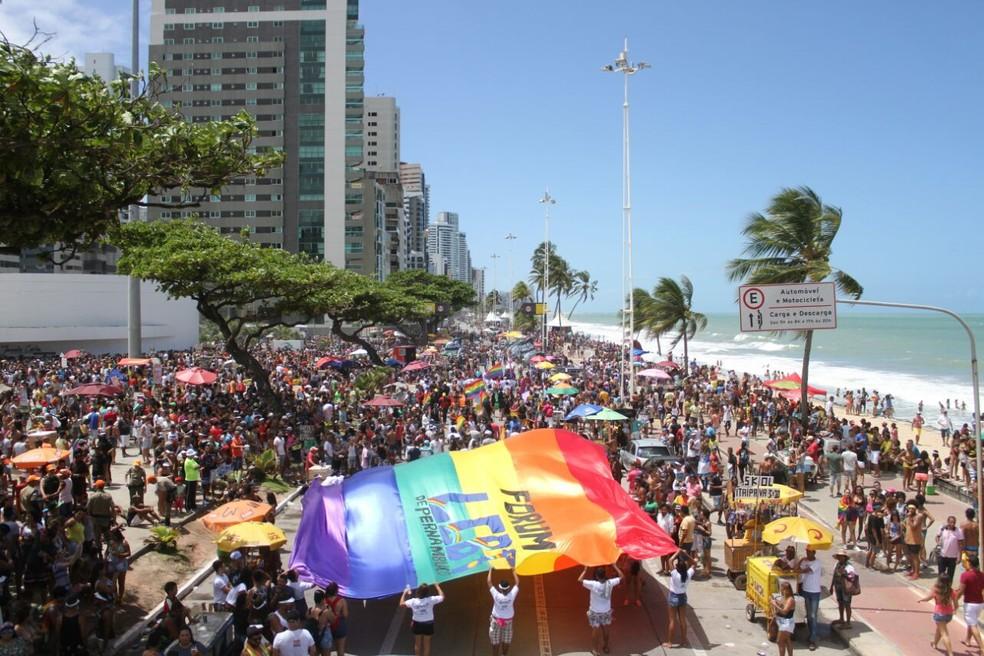 Orla de Boa Viagem, no Recife, ficou lotada, neste domingo (17), na Parada da Diversidade (Foto: Marlon Costa/Pernambuco Press)