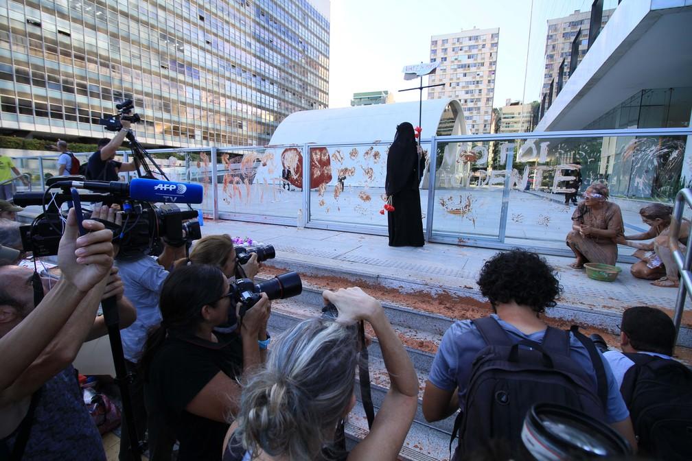 Manifestantes protestam na sede da Vale, no Rio de Janeiro, após rompimento de barragem em Brumadinho (MG) — Foto: José Lucena/Estadão Conteúdo