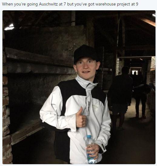 Foto de turista em Auschwitz