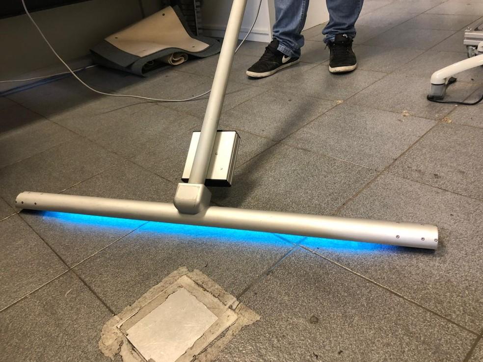 IFSC da USP de São Carlos desenvolve rodo que usa raios ultravioletas para desinfectar chão — Foto: IFSC/USP/Divulgação