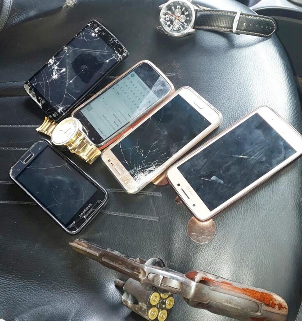 Com o bandido preso os policiais apreenderam um revólver, cinco aparelhos celulares e dois relógios (Foto: PM/Divulgação)