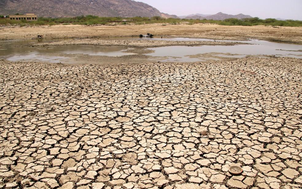 Lago seco em dia quente de verão perto de Ajmer no último dia 2 de junho. Temperatura passou dos 50°C no norte da Índia. — Foto: Himanshu Sharma/AFP