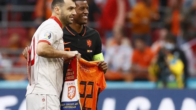 Pandev recebe camisa especial da seleção da Holanda, com 122 nas costas