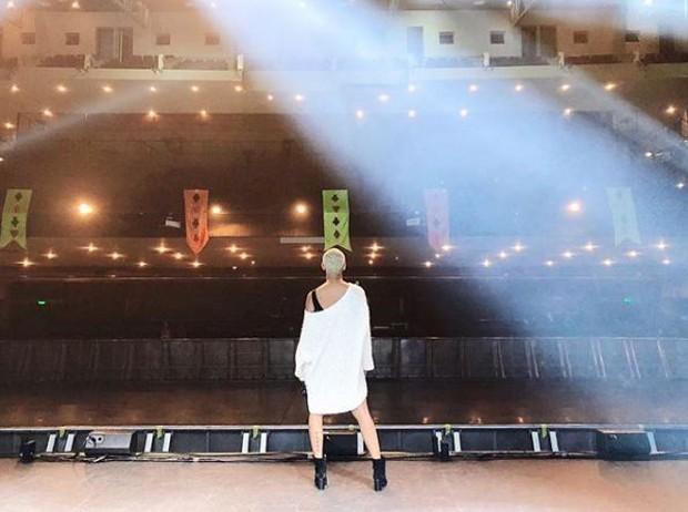 Aline Wirley no palco do Vivo Rio ensaiando para o Chá da Alice (Foto: Reprodução/Instagram)