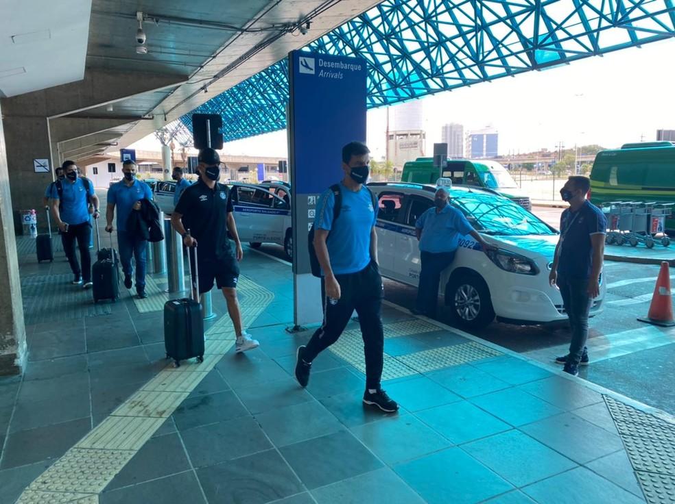 Auxiliar Alexandre Mendes no retorno do Grêmio a Porto Alegre neste sábado — Foto: Bruno Halpern / RBS TV
