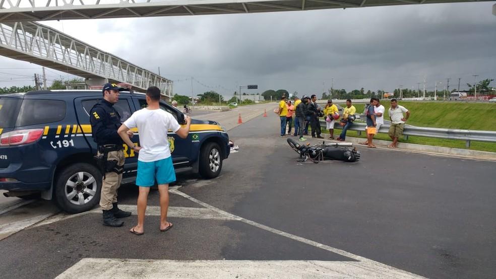Motociclista morreu após cair da moto e ser atropelado por caminhão na BR-101, em Panamirim, na Grande Natal (Foto: Lamonier Araújo/Inter TV Cabugi)