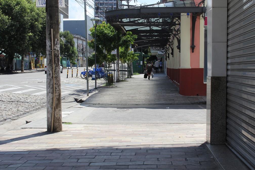 Calçada de lojas na Avenida Eduardo Ribeiro, no Centro de Manaus, durante jogo entre Brasil x México (Foto: Patrick Marques/G1 AM)
