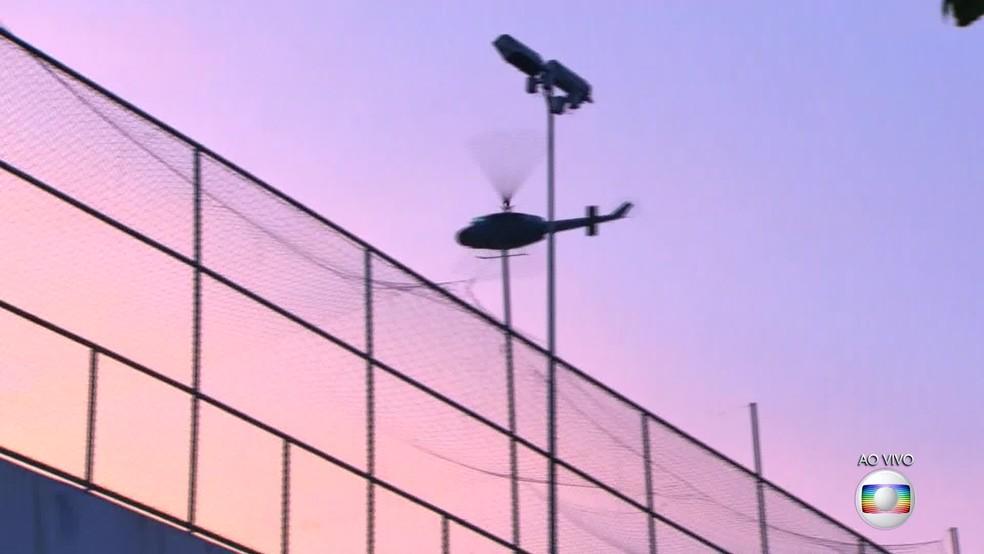 Helicóptero sobrevoa morros do Centro em operação das forças de segurança. (Foto: Reprodução/ TV Globo)