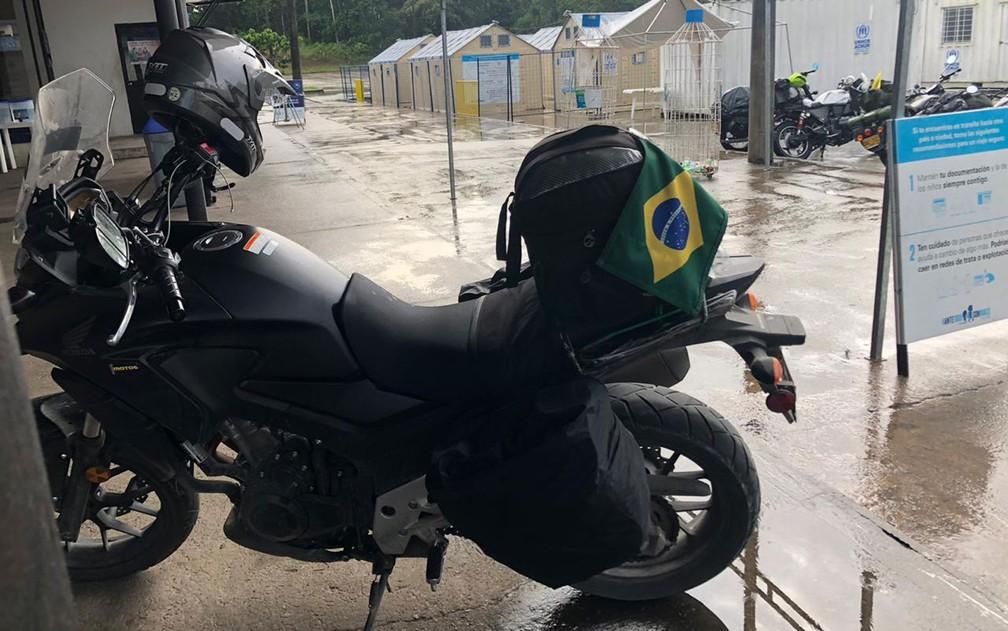 A moto de Claudinei Batista, no posto do exército na fronteira entre Colômbia e Equador, na segunda-feira (7) — Foto: Rodolfo de Medeiros/Arquivo pessoal