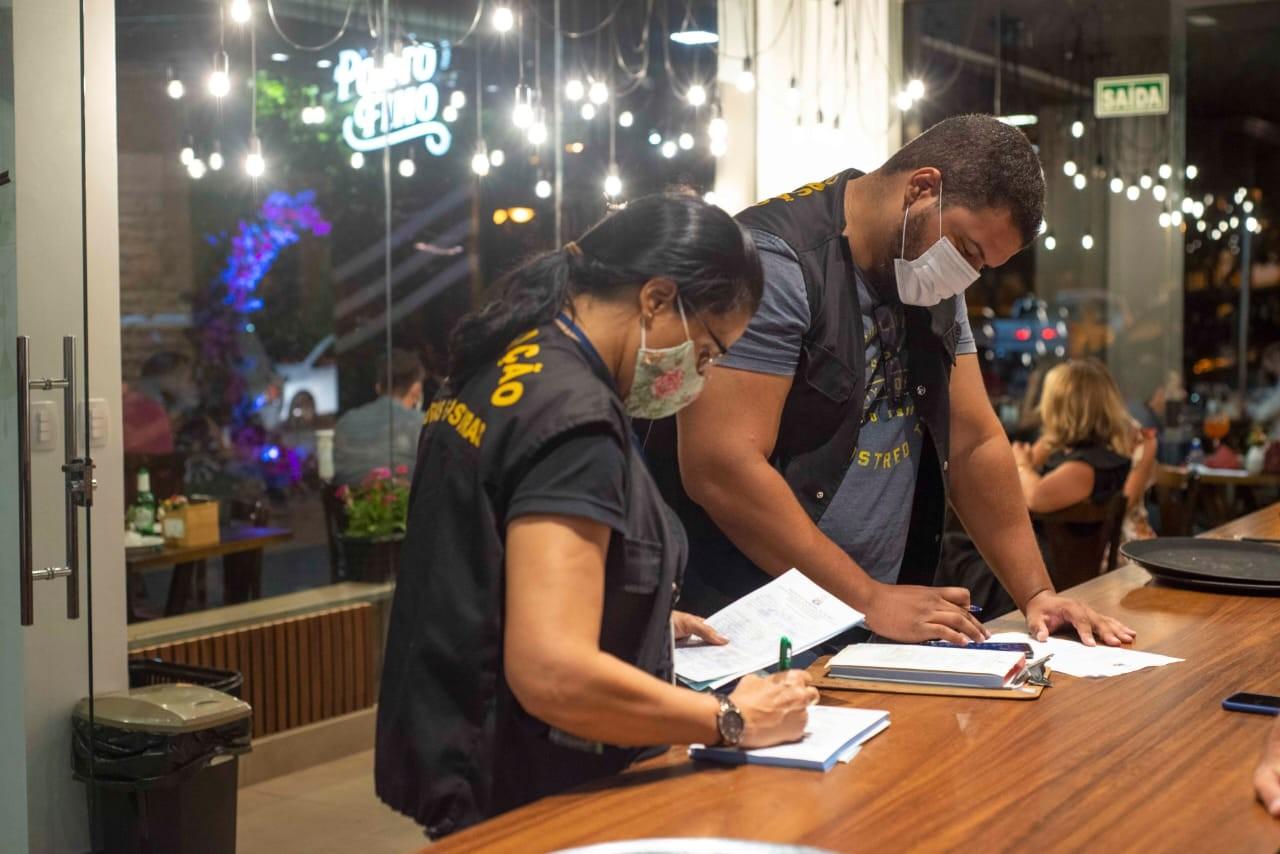 Fiscais fecham restaurante que atendia 150 clientes com show ao vivo em Palmas