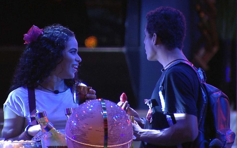 Elana e Danrley brindam o último mês do reality — Foto: TV Globo
