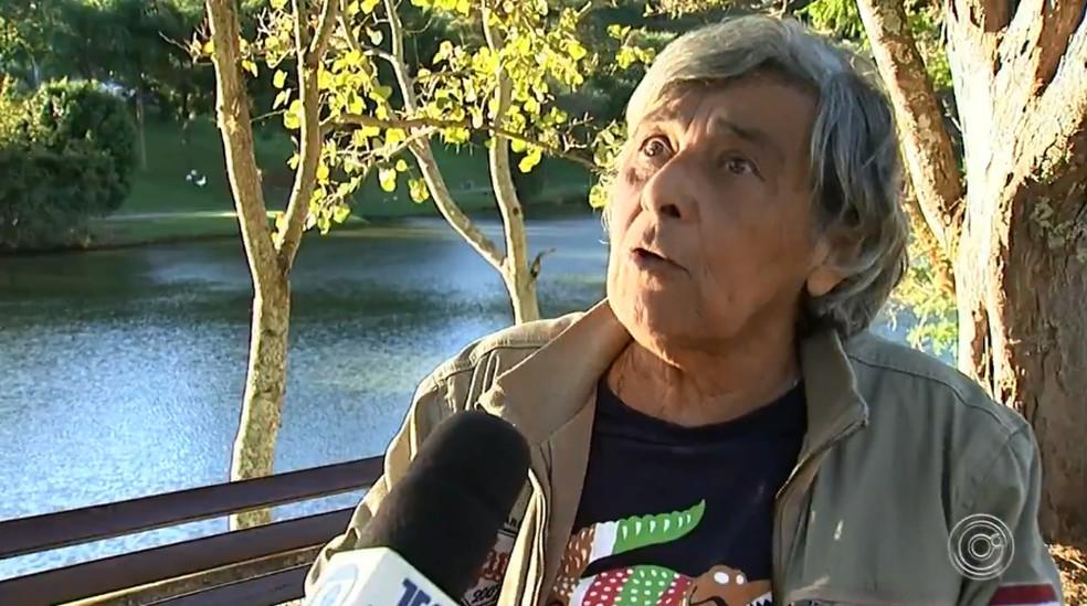 Aposentada Sueli Fassio é moradora do condomínio há 22 anos e é contra o abate das capivaras — Foto: Reprodução/TV TEM