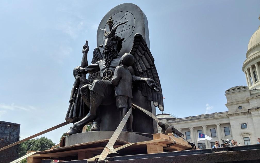 Estátua de Baphomet instalada em frente ao Capitólio de Arkansas na quinta-feira (16), durante manifestação por liberdade religiosa (Foto: AP Photo/Hannah Grabenstein)