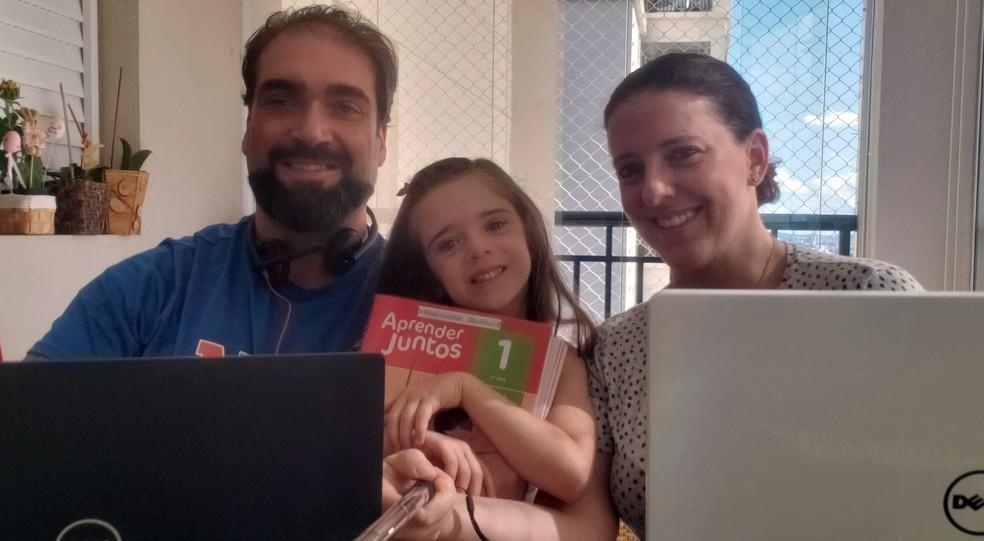 Adriana de Amorim está em home office com o marido e a filha, Manu, de 5 anos. Ela já trabalha nesse sistema desde que se tornou mãe — Foto: Arquivo pessoal
