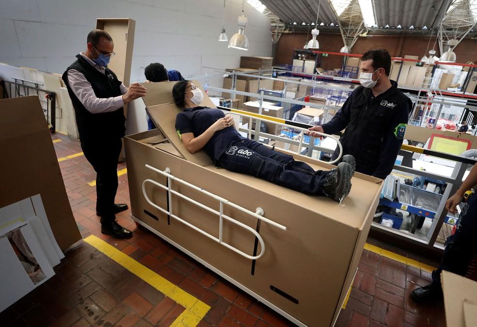 Cama hospitalar de papelão pode servir como caixão. Foto de terça-feira (19)  — Foto: Fernando Vergara/AP