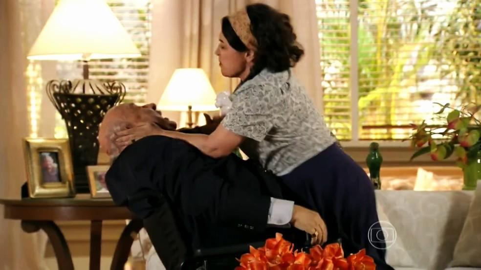 Maria Adília (Inez Vianna) bate em Dionísio (Sérgio Mamberti) após reencontro - 'Flor do Caribe' — Foto: Globo
