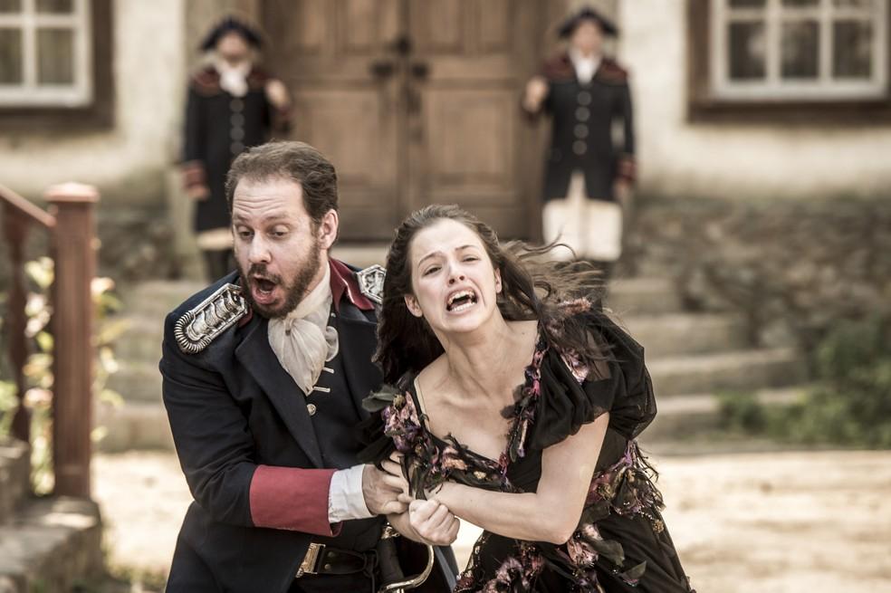 Domitila (Agatha Moreira) é arrastada por Felício (Bruce Gomlevsky) para fora da Corte, em 'Novo Mundo' — Foto: TV Globo/João Cotta