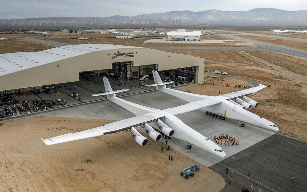 O maior avião do mundo tem duas fuselagens, unidas por uma asa de 117 metros  — Foto: April Keller / Stratolaunch Systems Corp / AFP Photo
