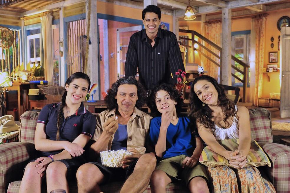Família de Bibiana (Cyriaa Coentro), em 'Flor do Caribe' — Foto: João Miguel Júnior/Globo