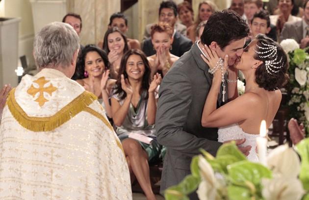 No último capítulo de 'Fina estampa', finalmente casados, Letícia (Tania Khalill) e Juan Guilherme (Carlos Casagrande) irão curtir sua lua de mel e terão um final feliz (Foto: Reprodução)