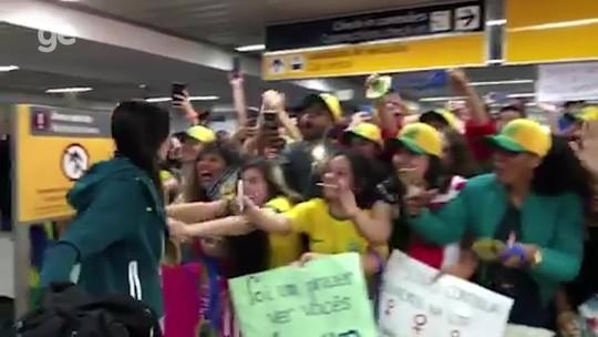 Sob carinho de torcedoras, seleção feminina desembarca em São Paulo após eliminação da Copa