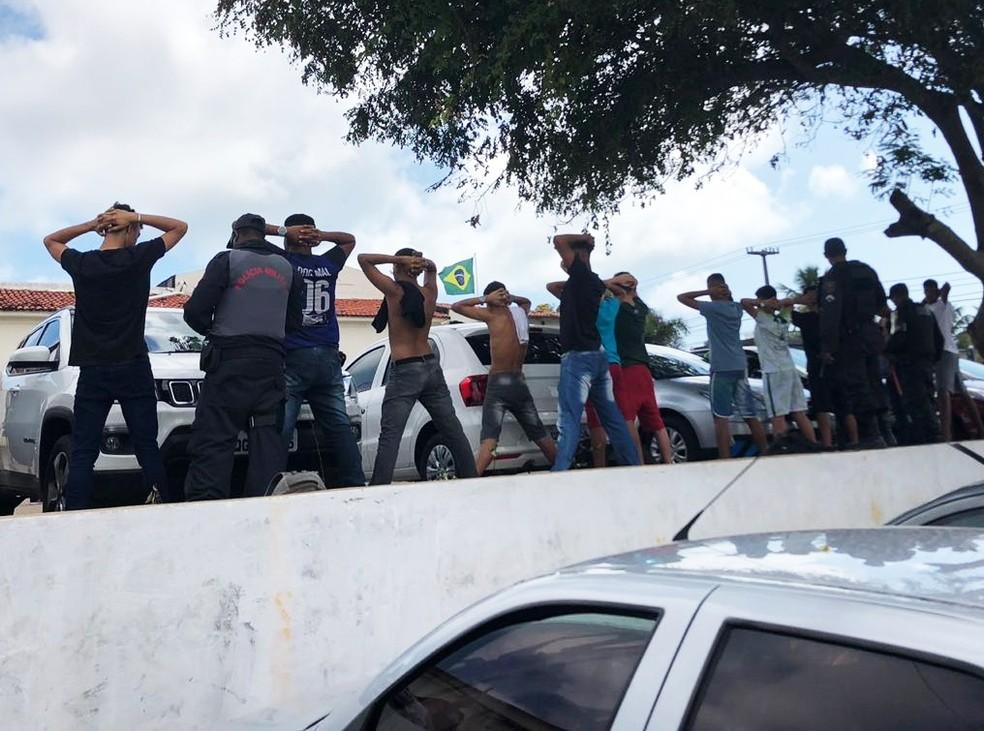 Jovens foram detidos no Aeroclube de Natal, suspeitos de estarem fazendo uma algazarra em uma partida dos Jerns — Foto: PM/Divulgação