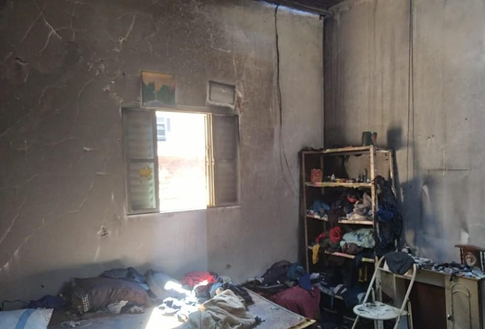 Fogo atingiu vários cômodos de casa em Santa Cruz do Rio Pardo — Foto: Corpo de Bombeiros/Divulgação