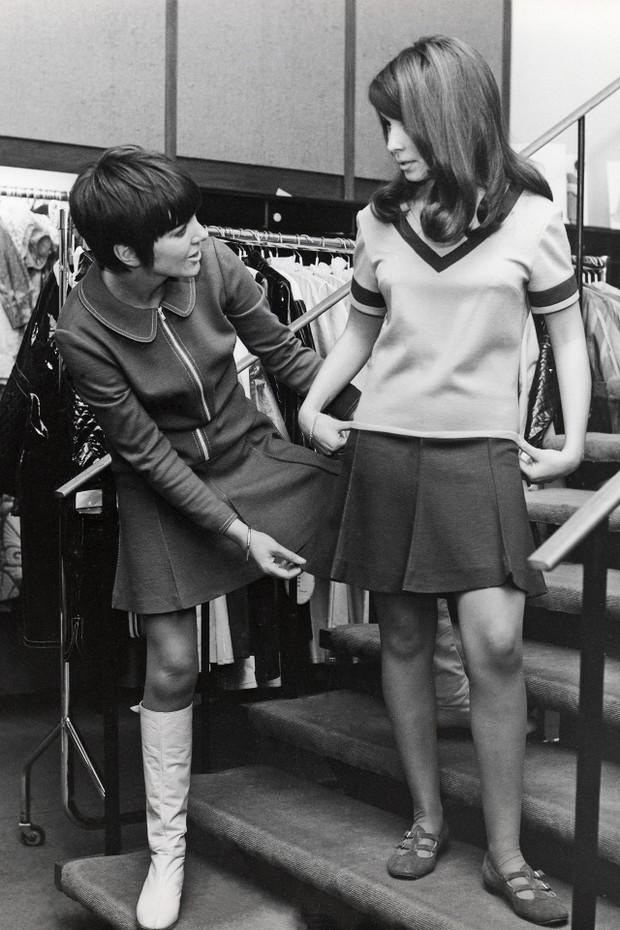 Mary Quant atendendo uma cliente em sua loja em Londres (Foto: Getty Images)