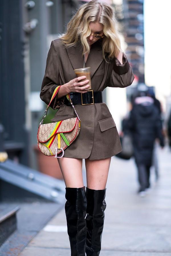 A top Elsa Hosk usando a bolsa Saddle  (Foto: Instagram/Reprodução)