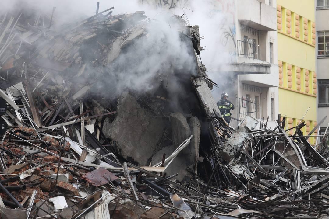 Bombeiros começas as buscas por vítimas nos escombros