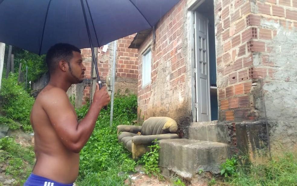 Ronaldo mora em casa danificada por barreira em Olinda — Foto: Everaldo Silva/TV Globo