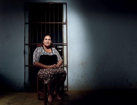A pescadora Francineide dos Santos diante de grade recém-instalada na porta. Ela se trancou no quarto quando a casa foi invadida por bandidos (Foto: Adriano Machado/Época)