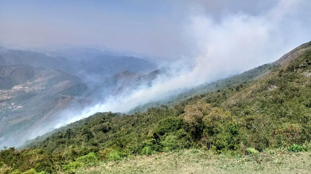 Combate a queimada no 2º pico mais alto do Estado do RJ já dura mais de 20 horas - Notícias - Plantão Diário