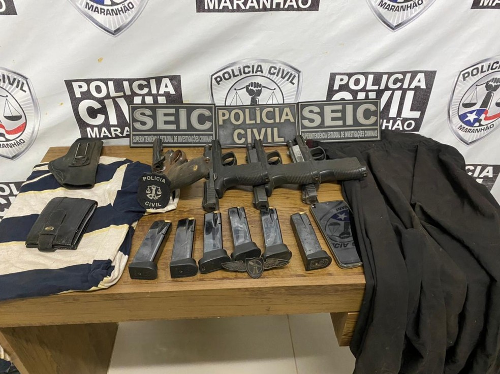Polícia apreendeu dois revólveres e três pistolas que estavam com o suspeito no momento da abordagem em Vitória do Mearim — Foto: Divulgação/Polícia Civil
