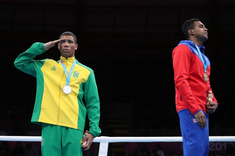 Brasileiro presta continência após receber a medalha de prata — Foto: Ivan Alvarado/Reuters