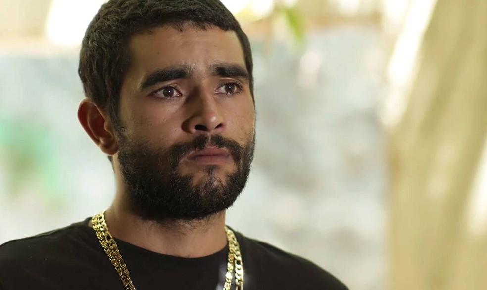 Em 'A Força do Querer', Kikito (Marcos Junqueira) dá recado de Rubinho (Emilio Dantas) a Bibi (Juliana Paes) — Foto: Globo