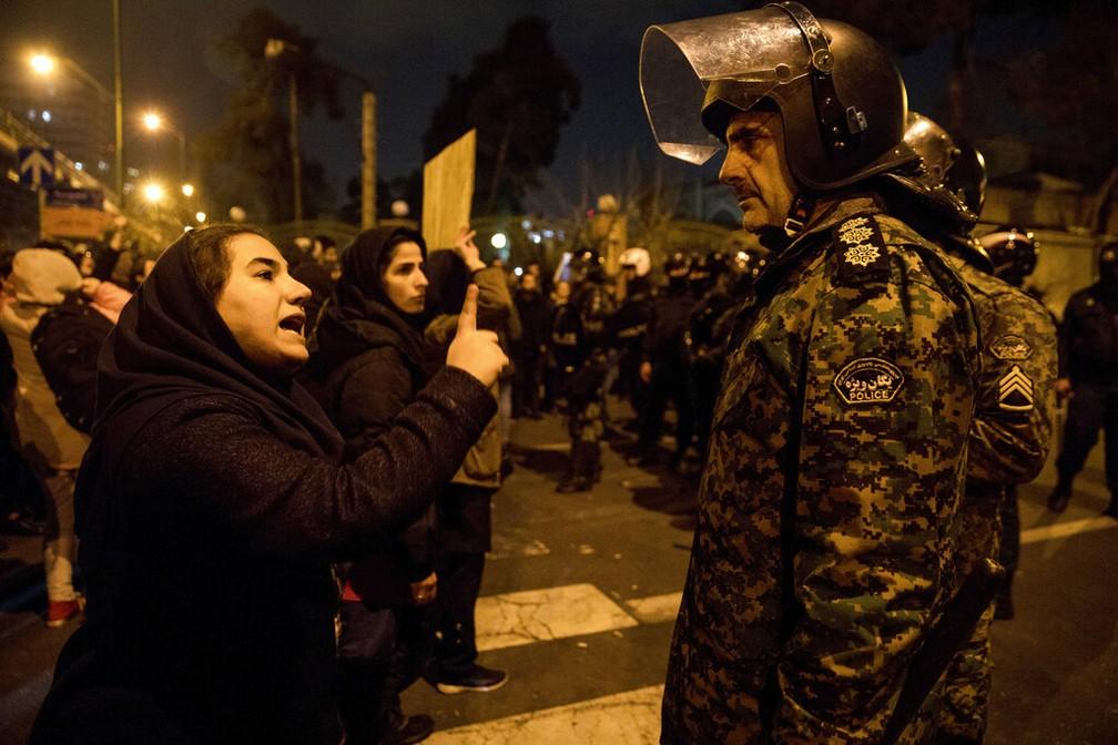 Mulher que participou de ato em Teerã fala com um policial, em 11 de janeiro de 2020 — Foto: Mona Hoobehfekr/ISNA via AP