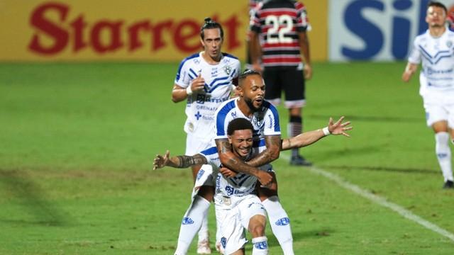 Santa Cruz x Paysandu. Ratinho e Paulinho comemoram o segundo gol do Papão